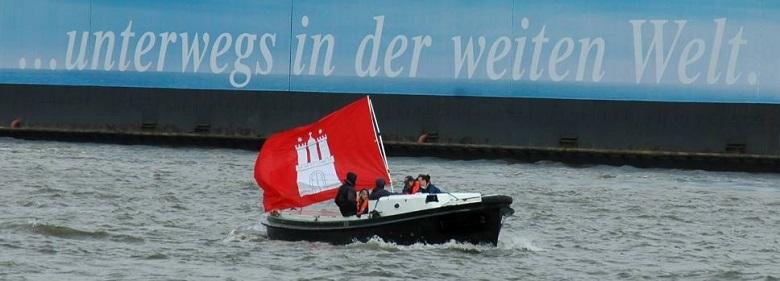 Fahne Hamburg auf der Elbe